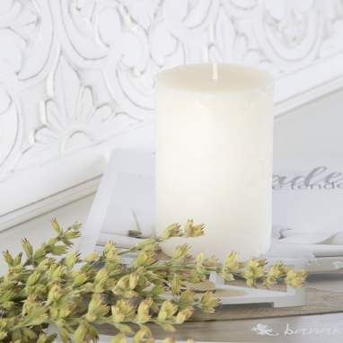 Mois decorated white candle